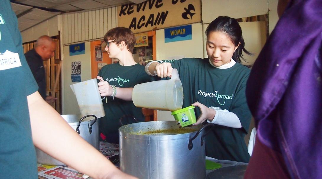アフリカの貧困層に食事を配布する高校生ボランティア